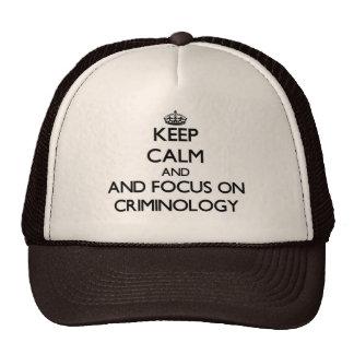 Guarde la calma y el foco en criminología gorra