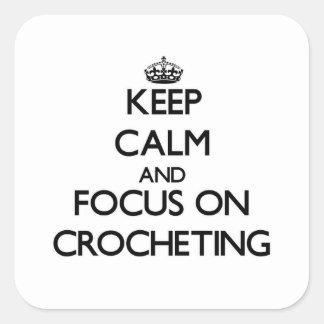 Guarde la calma y el foco en Crocheting Pegatina Cuadradas Personalizadas