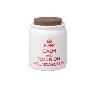 Guarde la calma y el foco en cruces giratorios jarra para caramelo