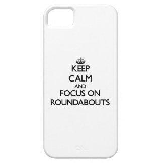Guarde la calma y el foco en cruces giratorios iPhone 5 carcasa