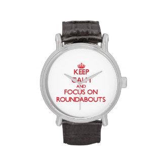 Guarde la calma y el foco en cruces giratorios reloj de mano
