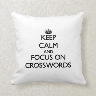 Guarde la calma y el foco en crucigramas cojín decorativo