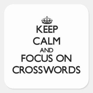 Guarde la calma y el foco en crucigramas pegatina cuadradas personalizada