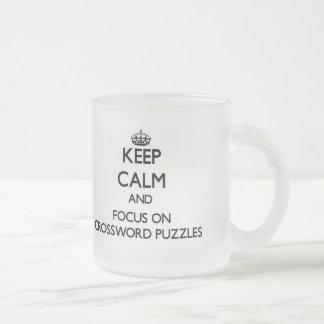 Guarde la calma y el foco en crucigramas taza cristal mate