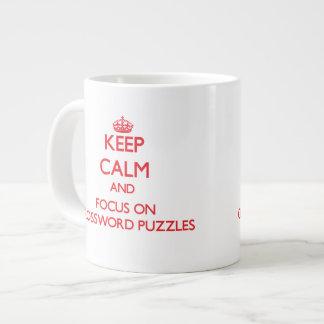 Guarde la calma y el foco en crucigramas taza grande
