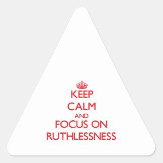 Guarde la calma y el foco en crueldad pegatina triangular