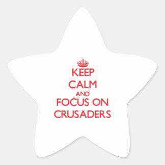 Guarde la calma y el foco en cruzados calcomania cuadrada personalizada