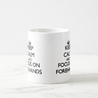 Guarde la calma y el foco en cuartos delanteros taza básica blanca