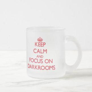 Guarde la calma y el foco en cuartos oscuros taza de café