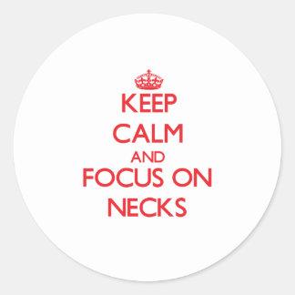 Guarde la calma y el foco en cuellos etiquetas redondas