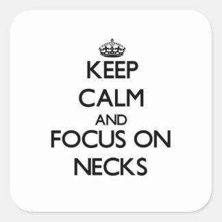 Guarde la calma y el foco en cuellos calcomanía cuadradas