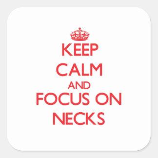 Guarde la calma y el foco en cuellos calcomania cuadradas