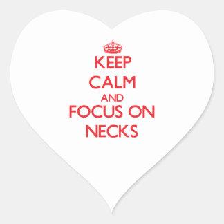 Guarde la calma y el foco en cuellos calcomania corazon