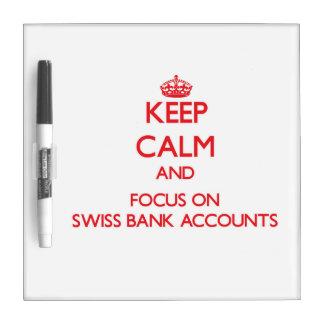 Guarde la calma y el foco en cuentas bancarias tablero blanco