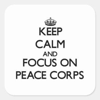 Guarde la calma y el foco en cuerpo de paz pegatina cuadrada