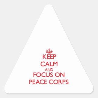 Guarde la calma y el foco en cuerpo de paz pegatina triangular