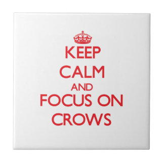 Guarde la calma y el foco en cuervos azulejo cuadrado pequeño