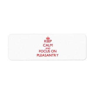 Guarde la calma y el foco en cumplido etiqueta de remite