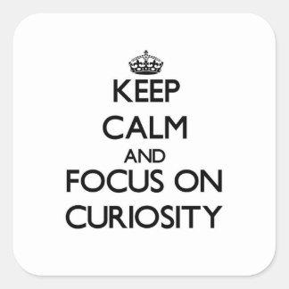 Guarde la calma y el foco en curiosidad calcomania cuadrada personalizada