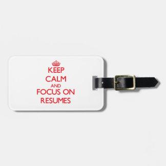 Guarde la calma y el foco en curriculums vitae etiquetas bolsas
