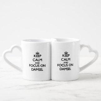 Guarde la calma y el foco en damisela tazas para parejas