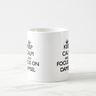 Guarde la calma y el foco en damisela taza