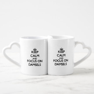 Guarde la calma y el foco en damiselas taza para parejas