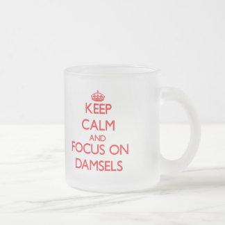 Guarde la calma y el foco en damiselas tazas de café