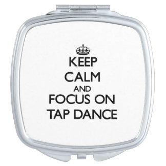 Guarde la calma y el foco en danza de golpecito espejos de viaje