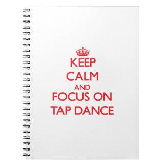 Guarde la calma y el foco en danza de golpecito libreta