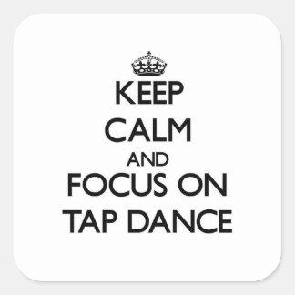 Guarde la calma y el foco en danza de golpecito pegatinas cuadradases