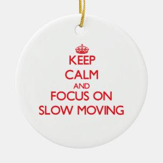 Guarde la calma y el foco en de movimiento lento adorno redondo de cerámica
