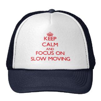 Guarde la calma y el foco en de movimiento lento gorro de camionero
