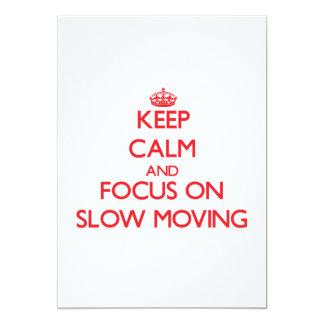 """Guarde la calma y el foco en de movimiento lento invitación 5"""" x 7"""""""