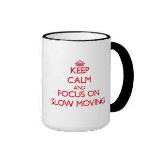 Guarde la calma y el foco en de movimiento lento taza a dos colores