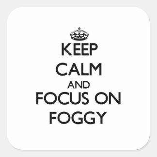 Guarde la calma y el foco en de niebla calcomanías cuadradass