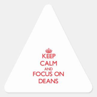 Guarde la calma y el foco en decanos pegatina triangular