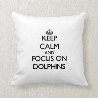 Guarde la calma y el foco en delfínes almohada