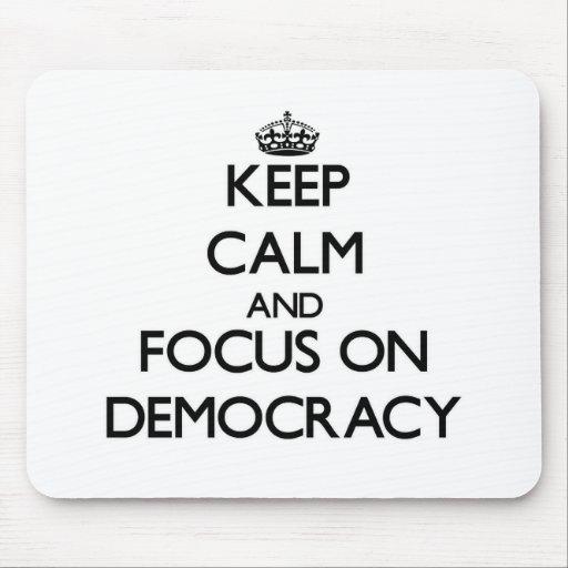 Guarde la calma y el foco en democracia alfombrilla de ratón
