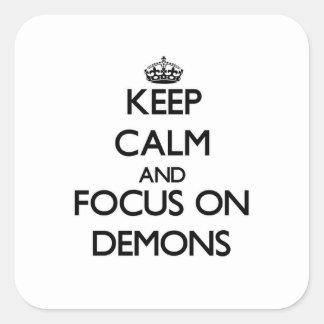 Guarde la calma y el foco en demonios colcomania cuadrada