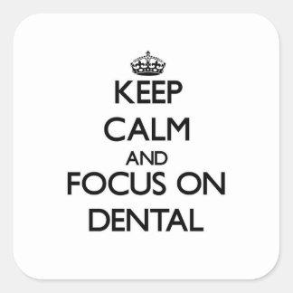 Guarde la calma y el foco en dental pegatina cuadrada