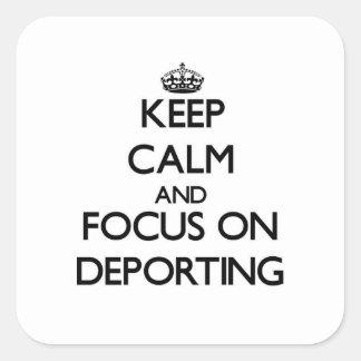 Guarde la calma y el foco en deportar pegatina cuadrada
