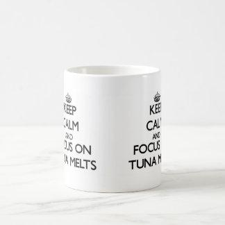 Guarde la calma y el foco en derretimientos del taza básica blanca