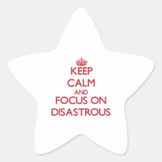 Guarde la calma y el foco en desastroso calcomania cuadrada personalizada