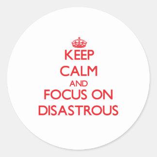 Guarde la calma y el foco en desastroso etiqueta redonda