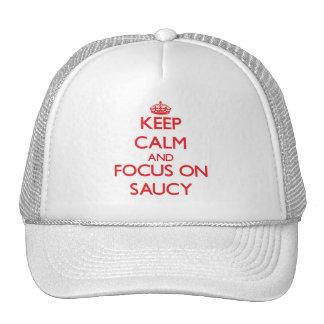 Guarde la calma y el foco en descarado gorras