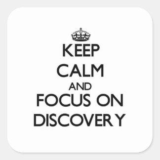 Guarde la calma y el foco en descubrimiento pegatina cuadradas