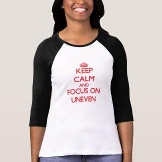 Guarde la calma y el foco en desigual camisetas
