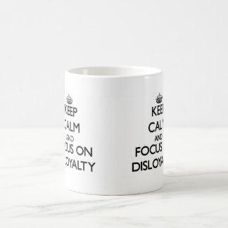 Guarde la calma y el foco en deslealtad taza básica blanca