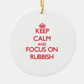 Guarde la calma y el foco en desperdicios ornaments para arbol de navidad